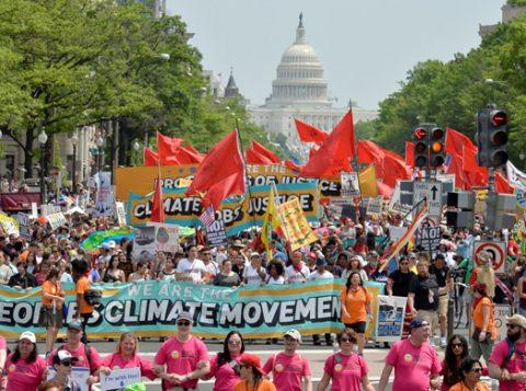 Manifestantes participam da Marcha Climática do Povo. (Foto: Reuters)