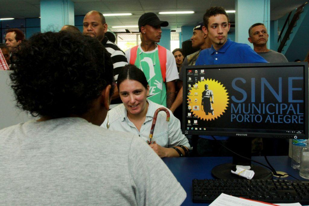 Trabalhadores buscam oportunidades de emprego no Sine Municipal. (Foto: Brayan Martins/PMPA)