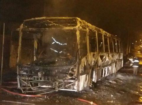 Carro da linha Prado foi incendiado por criminosos na noite de ontem. (Foto: BM/Divulgação)