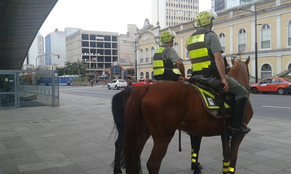 Policiais atuam na Operação Avante Tiradentes em Porto Alegre. (Foto: BM-RS/Divulgação)