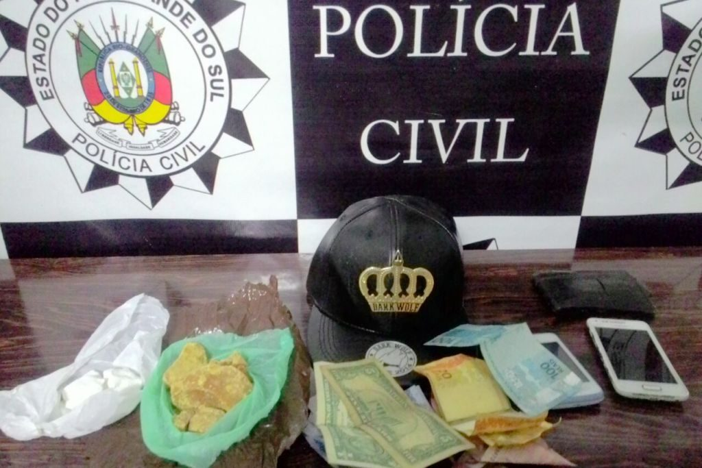 Durante a ação, foram apreendidos 100 gramas de crack, 37 gramas de cocaína e dinheiro (Foto: Polícia Civil/Divulgação)