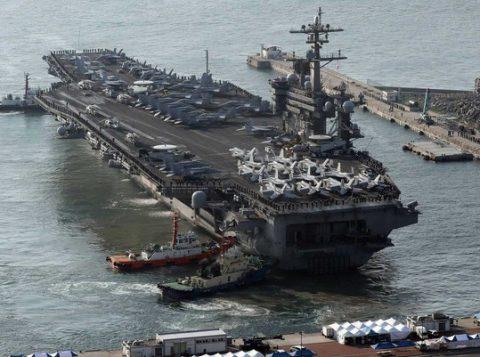 O porta-aviões do EUA, USS Carl Vinson, no porto de Busan, na Coreia do Sul. (Foto: Reprodução)