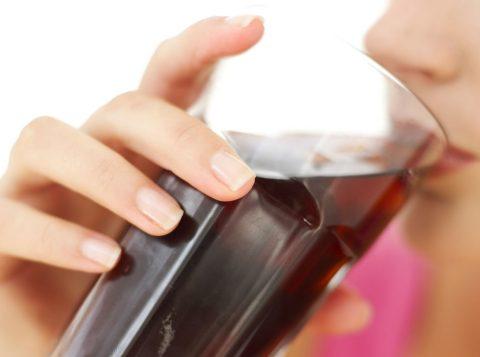 De acordo com pesquisa, tomar pelo menos uma lata de refrigerante diet por dia está associado a um risco quase três vezes maior de desenvolver essas doenças. (Foto: Reprodução)