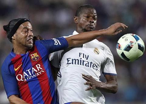 Além de Ronaldinho Gaúcho, outros brasileiros marcaram presença no amistoso. O pentacampeão mundial Edmilson, também pelo Barcelona, e Sávio, que defendeu o Real Madrid. (Foto: Hussein Malla/AP)