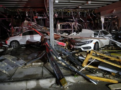 Carros foram destruídos por tornado perto de Canton, no Texas (Foto: AP)