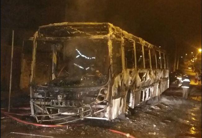 Ônibus foi incendiado no sábado. (Foto: BM/Divulgação)