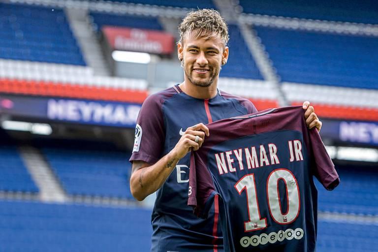Efeito Neymar  o PSG já vende quatro vezes mais camisas que o Barça no  Brasil 0118c441018e6