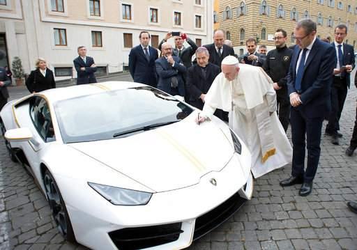 Resultado de imagem para Papa Francisco leiloará Lamborghini