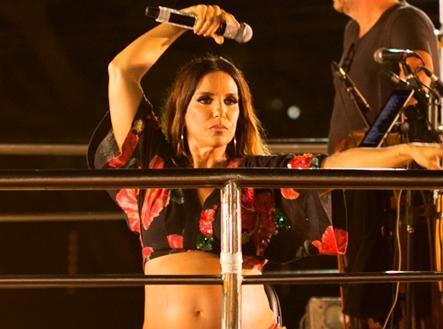 Resultado de imagem para Grávida de seis meses, Ivete Sangalo faz show sentada; veja vídeo