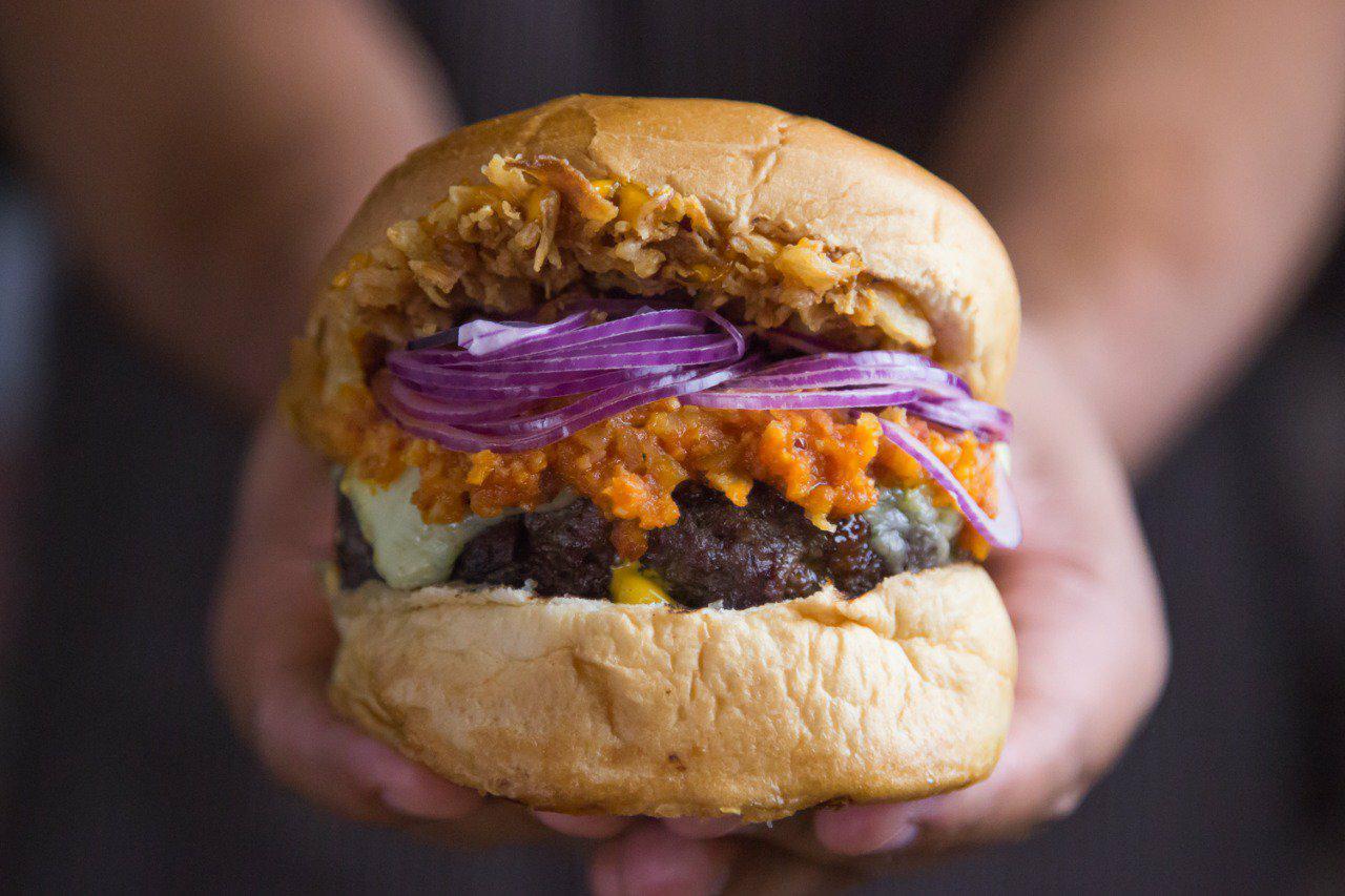 Com sistema pague e pegue, a Severo Garage conta com combinações de sabores  mais tradicionais de hambúrgueres e para isso dá nomes característicos como  Fuca ... 072a2ab9d3