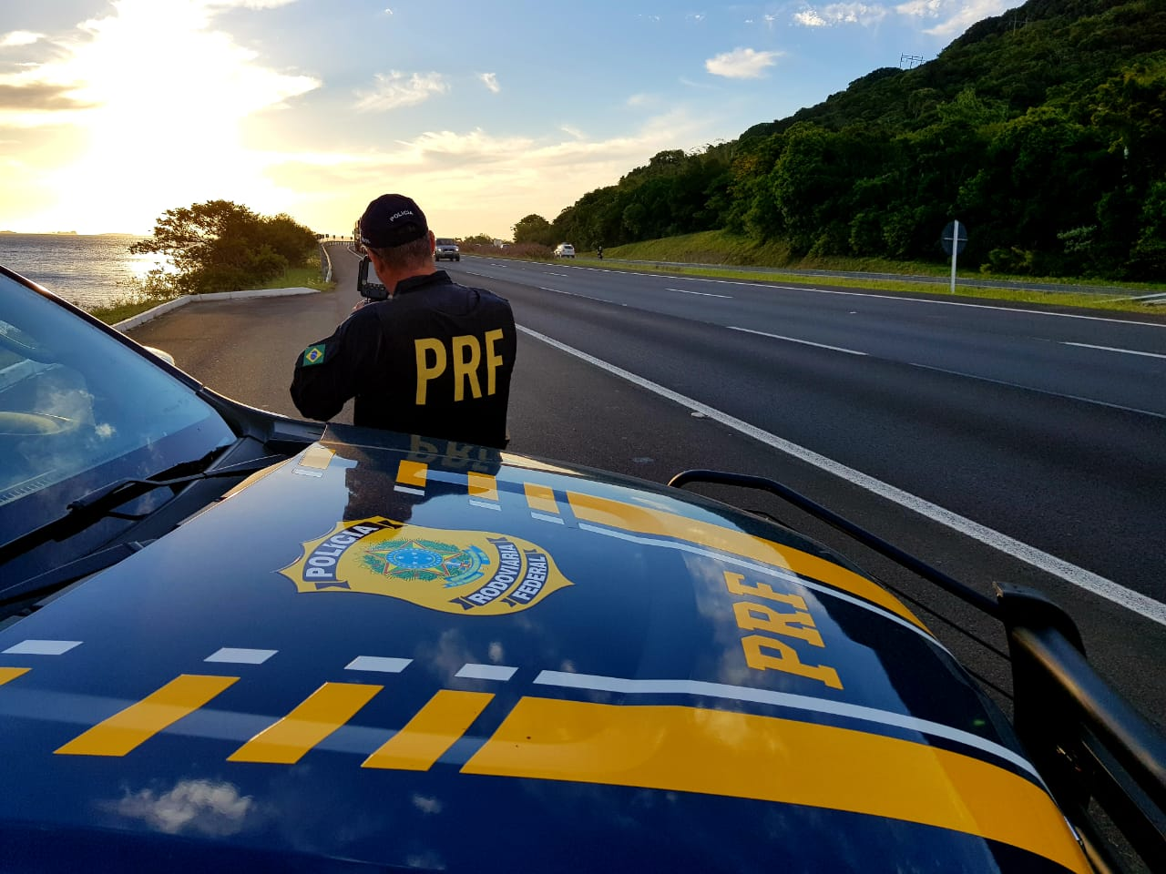 Mais de 2.500 veículos foram multados por excesso de velocidade na Freeway no fim de semana