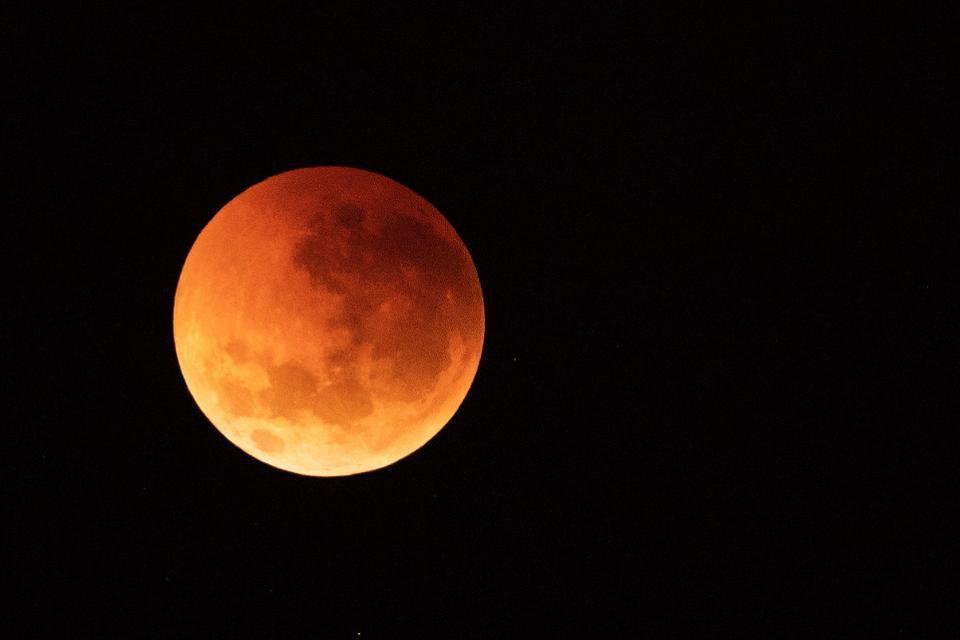 O único eclipse lunar total do ano poderá ser visto entre a noite deste domingo e a madrugada de segunda