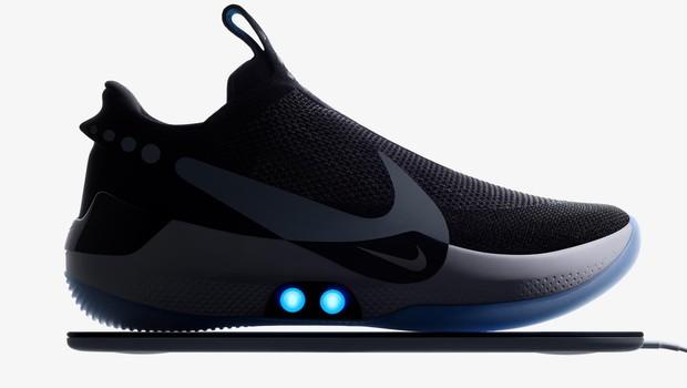 13625c0de03 A Nike apresentou um novo tênis que se ajusta por meio de comando em um  aplicativo