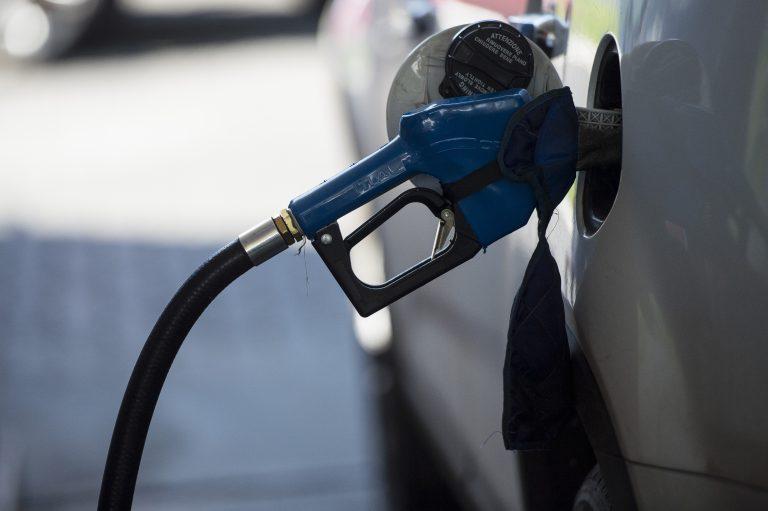 O preço médio da gasolina nas bombas recuou pela décima sexta semana seguida, diz a Agência Nacional do Petróleo