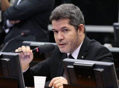 """O líder do PSL recuou e disse que não tem nada para """"implodir"""" Bolsonaro. Disse que falou em """"momento de emoção"""", comparou-se a uma mulher traída e pregou pacificação"""