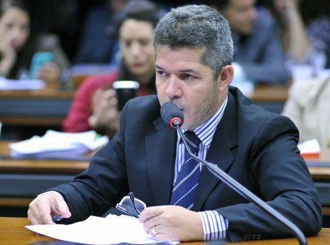 """Líder do PSL na Câmara dos Deputados se diz traído por Bolsonaro e fala em """"vagabundagem"""""""