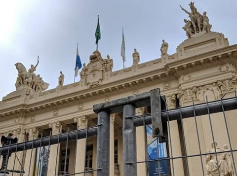 A Assembleia Legislativa do Rio de Janeiro decide soltar cinco deputados presos pela Operação Lava-Jato