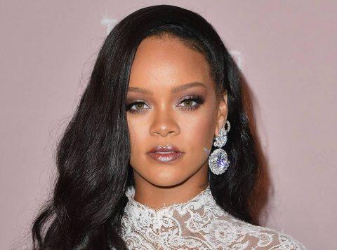 """A cantora Rihanna corre o risco de ser """"cancelada"""" após vender casacos com pele de animais"""