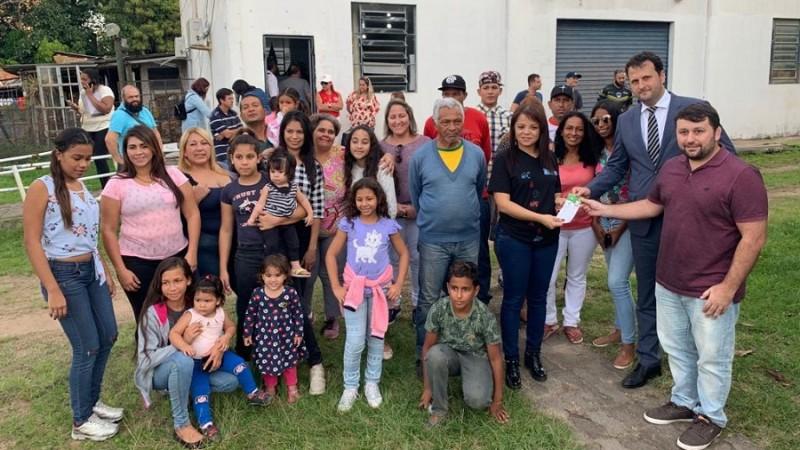 Secretário Derly e o promotor Márcio Bressani entregam ingressos para refugiados venezuelanos. (Foto: Eduardo Guterres /Secom)