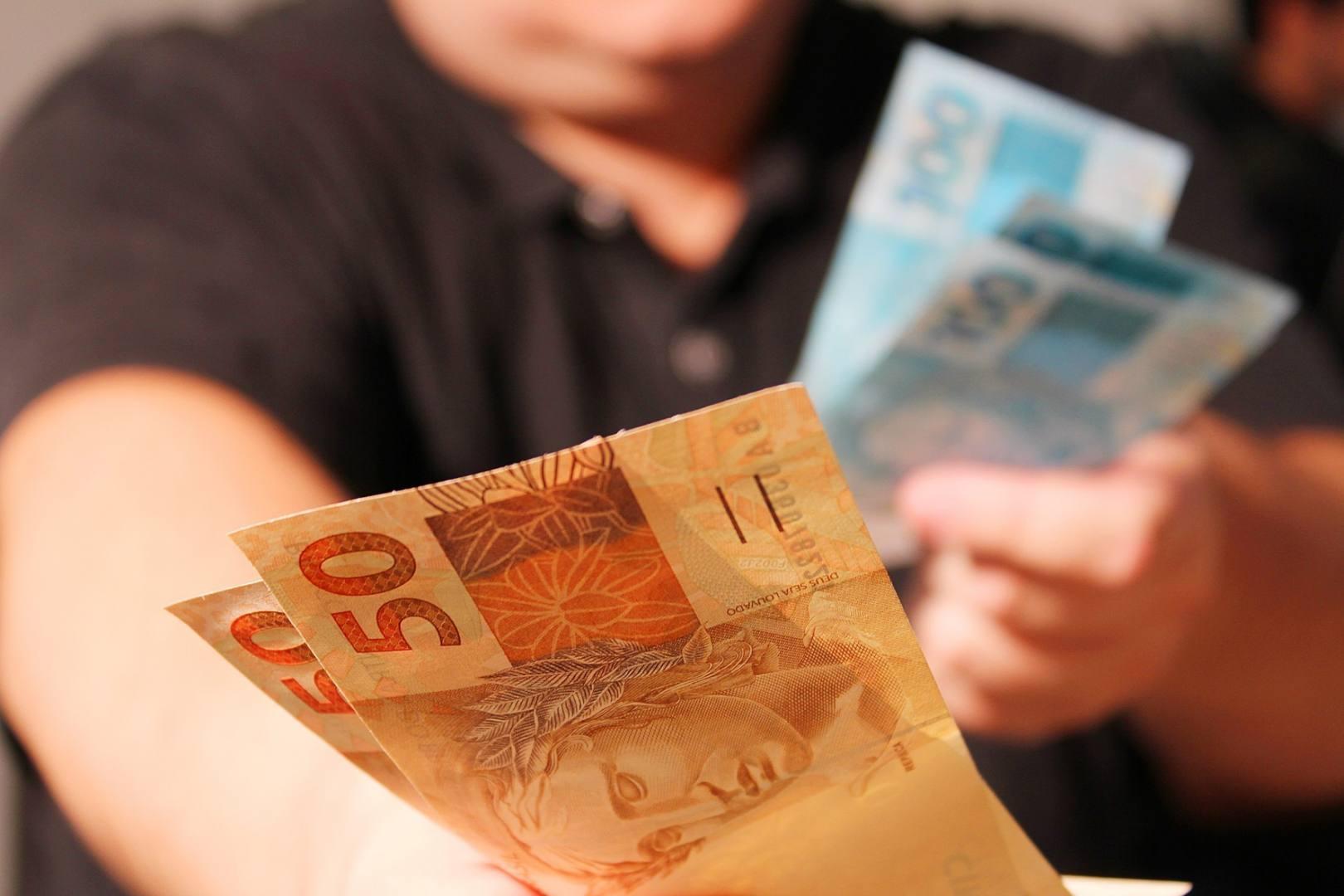 O Banco Central do Brasil deve permitir aos bancos cobrar tarifas para reduzir os juros do cheque especial