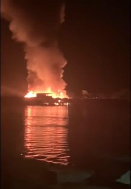 Um incêndio de grandes proporções atingiu a comunidade de Buena Vista (Foto: Reprodução Twitter)