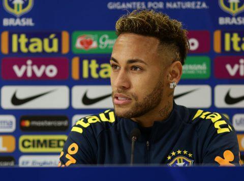 Uma lesão sofrida em amistoso da Seleção Brasileira afasta Neymar do futebol por um mês