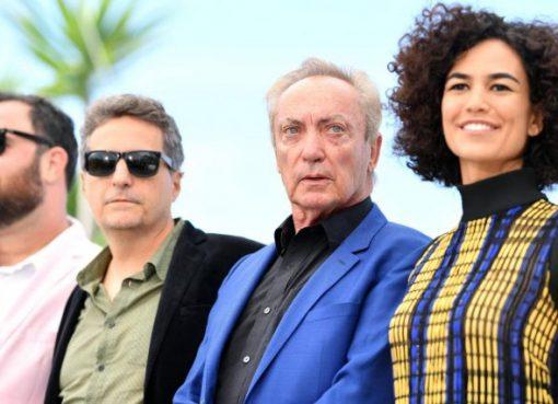 Diretores Juliano Dornelles e Kleber Mendonça Filho, e os atores Udo Kier e Bárbara Colen de 'Bacurau'. (Foto: Divulgação)