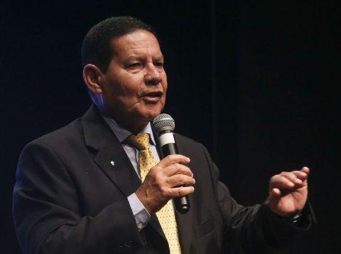 """""""O máximo que o governo pode fazer é ter gente para recolher óleo no litoral nordestino"""", diz o vice-presidente Hamilton Mourão"""