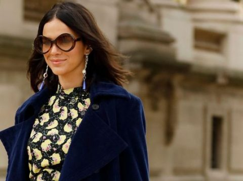 Bruna Marquezine mescla texturas e usa look dark floral em desfile na Semana de Moda de Paris