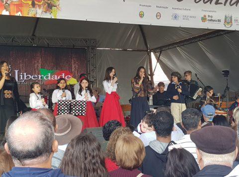 Palco central do Parque Harmonia recebeu vários shows neste feriado
