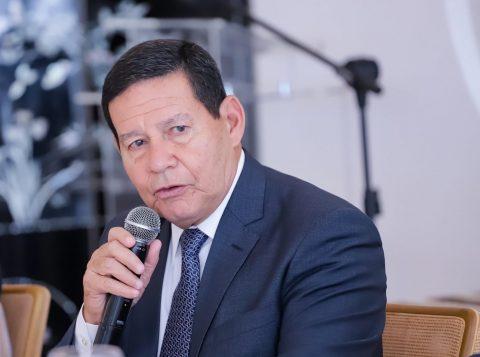 O Exército vai reforçar ações em praias atingidas por óleo, disse o general Hamilton Mourão, presidente da República em exercício