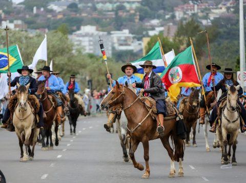 Desfile Farroupilha reúne 15 mil pessoas em Porto Alegre; veja fotos