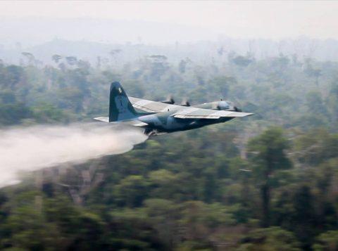 Bolsonaro assinou o decreto que permite o abate de aeronaves hostis durante a reunião do Brics em Brasília