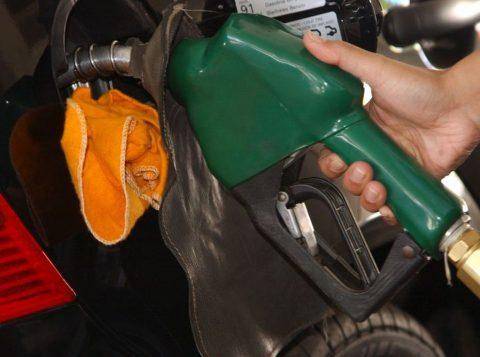 O dólar alto pressiona o preço da gasolina, que está sem reajuste há mais de 50 dias