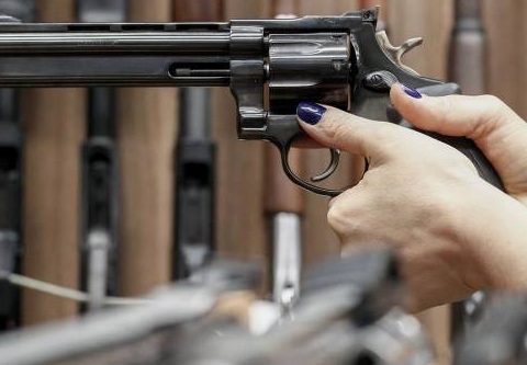 Os brasileiros têm cada vez mais procurado clubes de tiro para conseguir um revólver ou uma pistola