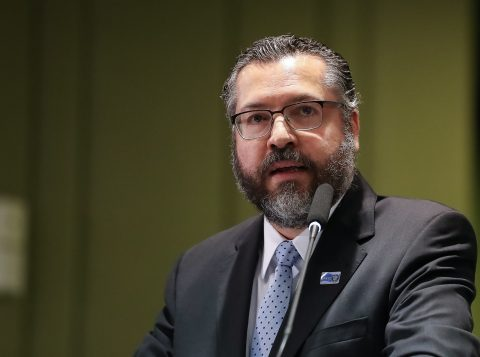 "Em congresso conservador, ministro Ernesto Araújo afirma que Brasil é ""vítima do climatismo"""