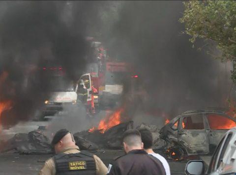 Avião de pequeno porte cai em área residencial em Belo Horizonte; três pessoas morrem