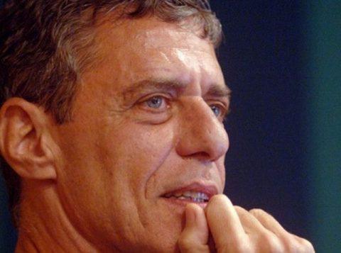 """""""Até 31 de dezembro de 2026, eu assino"""", diz Bolsonaro sobre prêmio a Chico Buarque"""