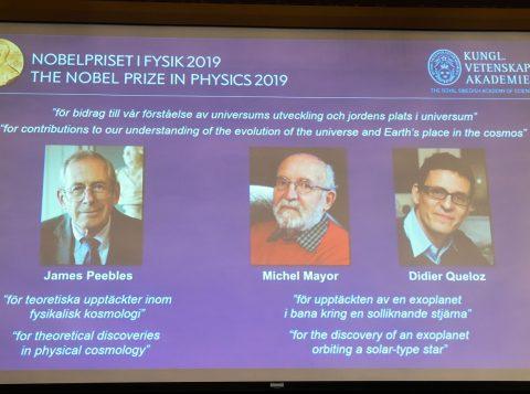 Trio de cientistas ganha o Prêmio Nobel de Física por sua teoria sobre a origem do universo e a descoberta do primeiro planeta fora do sistema solar