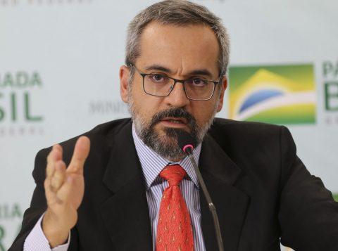 O ministro da Educação abre mão de 28 milhões de reais da pasta por obras de saneamento