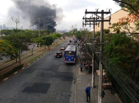 Galpão de escola de samba pega fogo em São Paulo