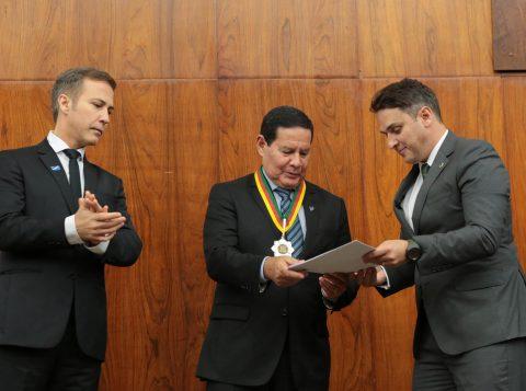 General Hamilton Mourão recebe a outorga máxima do Parlamento Gaúcho, a Medalha Mérito Farroupilha