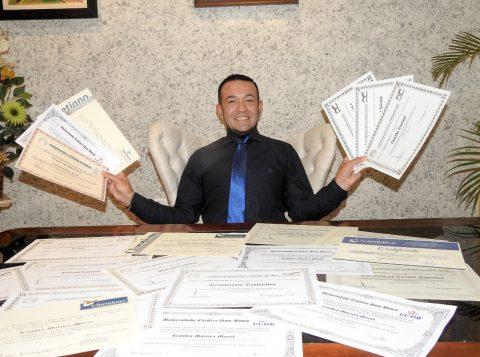 Coordenador geral da Anhanguera de Alvorada é recordista com maior número de diplomas universitários