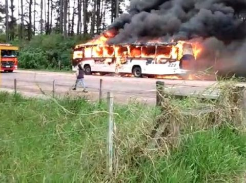 Criminosos colocam fogo em ônibus em Guaíba