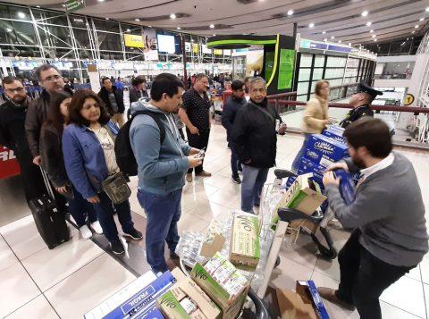 Com voos cancelados por causa dos distúrbios nas ruas, brasileiros relatam caos no aeroporto de Santiago do Chile