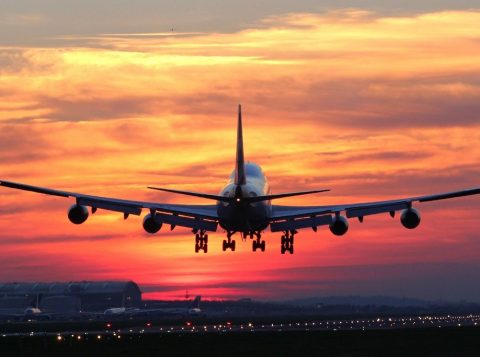 Os Estados Unidos estudam se é seguro espremer mais passageiros no avião