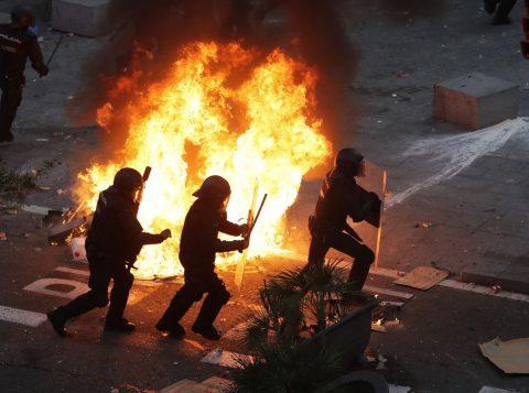 Após marcha com 500 mil, manifestantes e polícia se enfrentam em Barcelona