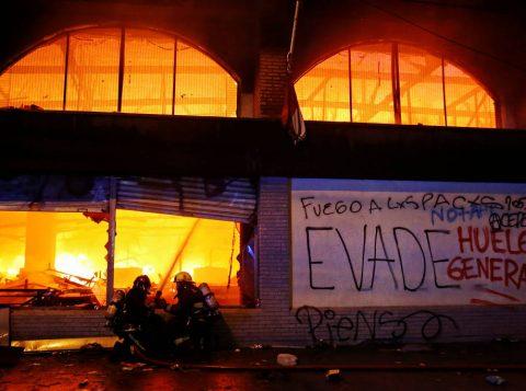 Protestos causam mortes no Chile; governo decreta toque de recolher