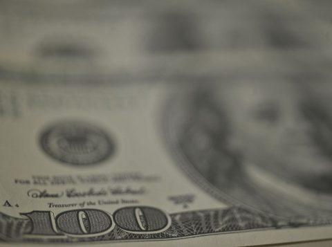 Dólar tem maior queda em quase dois meses