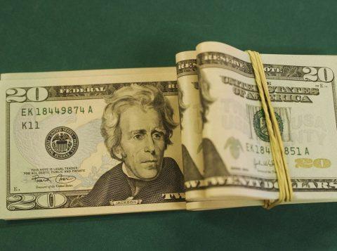 Dólar fecha no menor nível em dois meses e bolsa renova recorde